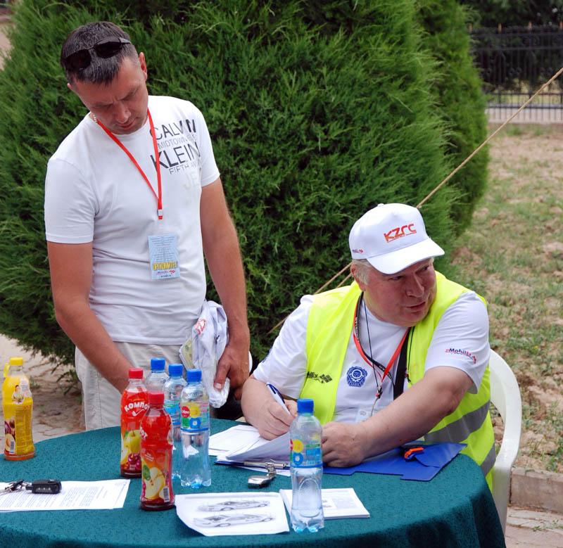 """Дмитрий Федосов (слева) на ралли """"Сарыагаш-2014"""""""
