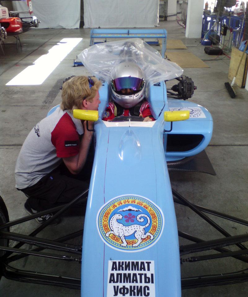 В четверг занимались подготовкой машины к гонкам